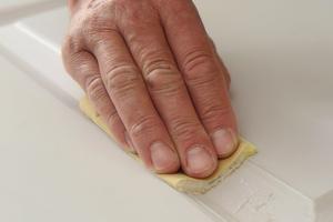 Die eingenuteten Füllungen werden von Hand mit 320er Schleifpapier oder Schleifvlies bearbeitet