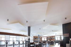 """Die zwanzig im Restaurant """"Wirtshaus"""" in Oldenburg montierten Deckensegel """"Selecta one"""" wirken sich unmittelbar auf die Akustik im Raum aus"""