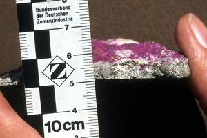 Mit Phenolphthalein sichtbar gemachte Carbonatisierung an einem Betonbruchstück