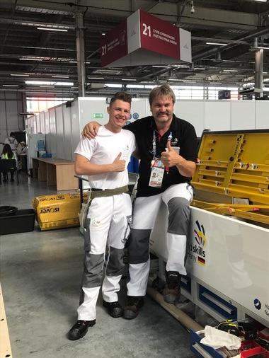 Trainer Josef Gruber unterstützt Tobias bei der Vorbereitung auf die Weltmeister-schaften