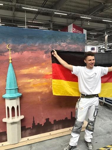 """Beim Freestyle-Modul am Schlusstag gestaltet er einen Sonnenuntergang in verschiedenen Putztechniken<span class=""""bildnachweis"""">Foto: Peter Schmider</span>"""