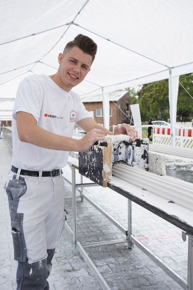 """Kaum von den World-Skills in Kazan zurück stellte Tobias Schmider zusammen mit anderen jungen Stuckateuren in Berlin einen Weltrekord auf<span class=""""bildnachweis"""">Foto: Thomas Schwarzmann</span>"""