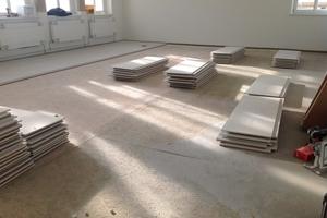 Auf Holzwerkstoffplatten verlegten die Handwerker auf Bodennivelliermasse Trockenestrichelemente