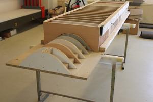 Die Übergänge der Untergurte zu den Deckenfeldern wurden als Viertelschale erstellt und mit einer höhenversetzten Metall-Unterkonstruktion befestigt