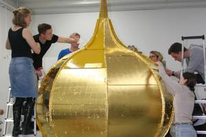 Bei der Vergoldung der Turmhaube war Teamarbeit gefragt