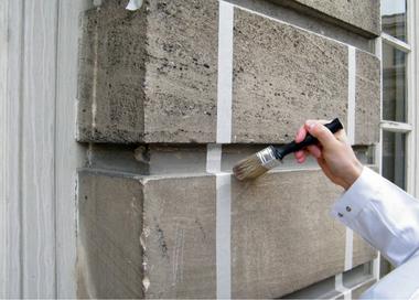 Musterflächen mit Reinigungskompressen am Hotel de Rohan, Paris; Vorreinigung und Vornässen der Oberfläche