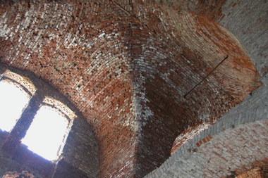 Gewölbe der Kaserne Mark in Magdeburg mit starken Kalkaussinterungen