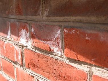 Ausblühungen an der Fassade der alten Post in Hamburg aufgrund leicht löslicher Salze