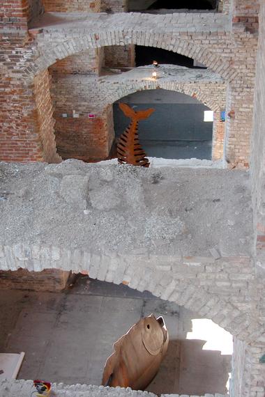 Grobe, lockere Schmutzablagerungen auf Stürzen in der Kaserne Mark in Magdeburg