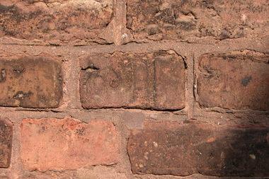 Typische urbane Verschmutzungen auf der Fassade von St. Franziskus in Erkrath