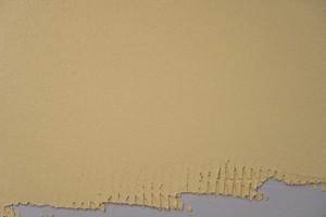 Mit einer Glättkelle aus poliertem, rostfreiem Stahl ebenmäßige Fläche herstellen