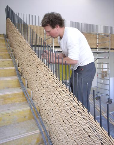 Flechtwerkgestalter Emmanuel Heringer bei der Arbeit am 20m langen Geländer für die Kita St. Josef der Arbeiter