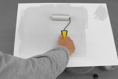 """""""StoColor Metallic"""" auf einer flachen Unterlage ausrollen, bis die Rolle nur noch wenig Farbe enthält"""