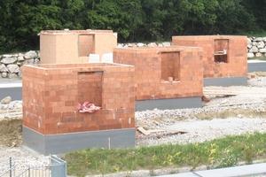 Drei Häuser wurden aus Ziegeln erbaut: 25er-Ziegel gedämmt und ungedämmt sowie 50er-Ziegel mit Mineralwollfüllung