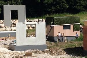 Die beiden Betonhäuser wurden aus Fertigteilen errichtet