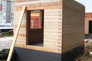 Eines der Häuschen wurde aus Massivholz in Blockhausbauweise errichtet …