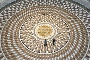 Innenansicht mit der Inschrift am Boden und den Siegesgöttinnen von Ludwig Schwanthaler