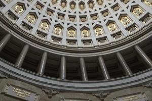 Das mit optisch effektvollen Ornamenten verzierte Kuppelgewölbe wird durch ein Opaion erhellt