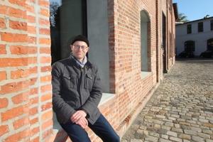 Thomas Wieckhorst, Chefredakteur der bauhandwerk, vor der umgenutzten Brennerei Elmendorf in Gütersloh<br />