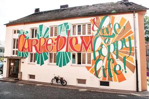 Das Bürogebäude mit der aufmerksamkeitsstark umgestalteten Fassade befindet sich in unmittelbarer Nachbarschaft zum Brauereimuseum auf dem Gelände der Maisel's Brauerei in Bayreuth