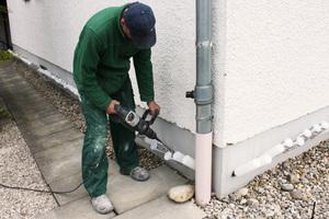 Bohrkanäle werden im Abstand von einigen Zentimetern im Mauerwerk angebracht