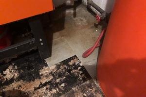 Asbest wurde nicht nur als Spritzasbest oder in Faserzementplatten verarbeitet, sondern kann auch in Putzen, Spachtelmassen oder – wie hier – in Fliesenklebern enthalten sein