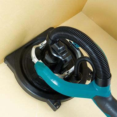 Die Form des Schleifkopfes ermöglicht randnahes Arbeiten. Dazu kann die Staubschutzbürste abgenommen werden