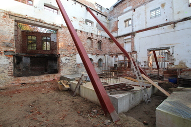 Nachdem die Handwerker das Dach und die Decken der Brennerei entfernt hatten, mussten die Mauern abgestützt werden