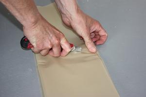 """""""Power Protect First Aid Sheet"""" auf passende Größe zuschneiden, so dass der Schimmelbefall sicher überdeckt wird"""