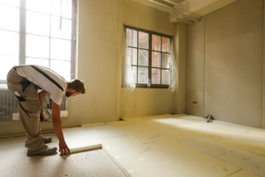 Auf den Holz-Beton-Verbunddecken der Obergeschosse verlegten die Handwerker 4 und 5 cm dicke Hartschaumplatten