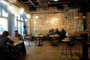Wichtiges Stilelement der Brauereigaststätte sind die 2 m langen und gut 18 cm breiten Landhausdielen aus Räuchereiche<br />