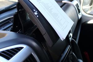 Nützliches Detail: Der Tablet-Holder auf dem Armaturenbrett ist auch praktisch für Zettel