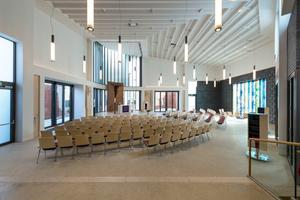 """Die Deckengestaltung und -ausführung in der Willehadi-Kirche ist eine Trockenbau-Meisterleistung. Ohne die Kompetenz des Ausbauteams wäre die Realisierung dieser """"Decke mit Funktion"""" in dieser Form nicht denkbar gewesen"""