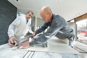 Um in den Friesbereichen ein optimales akustisches Ergebnis zu erreichen, wurden die Lochplatten zusätzlich rückseitig mit einer Aluminiumfolie versehen<br />Fotos: Ralf Mohr Photography / Germerott Innenausbau