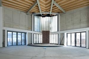 Der große Kirchenraum im Rohbauzustand: Zum Schutz der Holzdecke in rund 6 m Höhe wurde zunächst eine F30 Brandschutzdecke eingezogen
