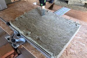 Probeschnitt durch gebrauchte Steinwolle. Mit einem Tisch kann in bequemer Arbeitshöhe geschnitten werden