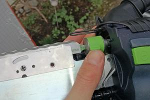 Beim Werkzeugwechsel wird zunächst das Messer in den geöffneten Bajonettverschluss eingeführt und mit einem Dreh verschlossen