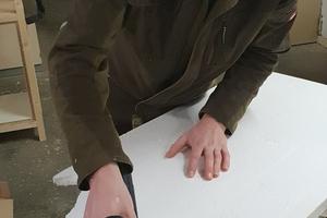 Julian Siebert von der Tischlerei Wilhelm Siebert schneidet eine Schaumstoffdämmplatte zu. Von einer zu starken Staubbelastung bei der Arbeit mit der Dämmstoffsäge war hier keine Rede