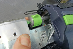 Gleichzeitig muss die Messerführung in die Metallstifte greifen