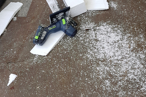 """""""Kleiner Schneesturm"""" – ohne Absaugung ist das Schneiden von Polystyrol nicht zu empfehlen"""