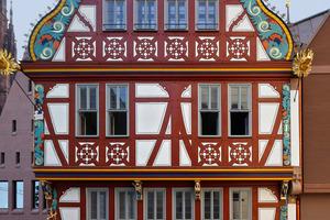 """Handwerklich rekonstruiertes Fachwerkhaus der Renaissance """"Zur Goldenen Waage"""" in Frankfurt mit geschnitztem sowie bemaltem Fachwerk und Wellengiebel"""