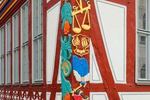 Für die Bemalung des namensgebenden Eckpfostens mit Waage verwendeten die Handwerker Leinölfarbe, die speziell für Renovierungen denkmalgeschützter Häuser konzipiert wurde