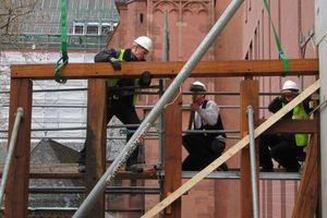 Für die Rekonstruktion der Goldenen Waage in Frankfurt bauten die Zimmerleute das Fachwerk als tragende Konstruktion aus alten Hölzern wieder auf<br />