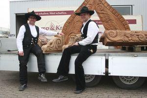 Guido Kramp (links) und Maik Ebert (rechts) warten in Lemgo gemeinsam mit dem geschnitzten Fachwerk auf den Transport nach Frankfurt