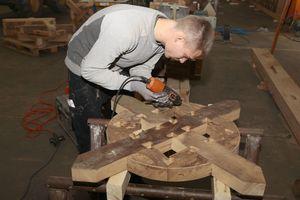 Herstellung der für Zierfachwerk der Renaissance typischen Andreaskreuze in einer Halle in Lemgo