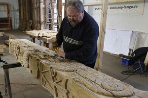 """Holzbildhauer Wolfgang Koch arbeitet seit Jahren mit der Firma Kramp & Kramp zusammen. Er hat alle Schnitzarbeiten der """"Goldenen Waage"""" ausgeführt, da bei unterschiedlichen Bearbeitern verschiedene Handschriften erkennbar wären"""