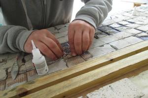 Lose liegende Mosaikplättchen wurden fixiert