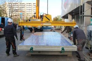 Am Ort der Montage richteten die Handwerker die Betonplatten zunächst aus