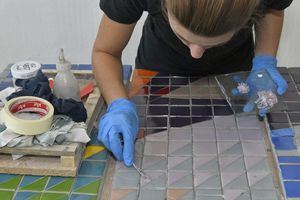 Gebrochene Glasplättchen setzten die Restauratoren wieder zusammen und verschlossen die Fehlstellen im Mosaik