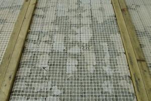 Armierungsgewebe auf der Rückseite der Mosaikplatten vor dem Verguss mit Mörtel